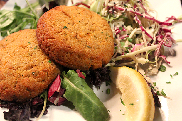 baked_salmon_cakes_with_remoulade_and_slaw